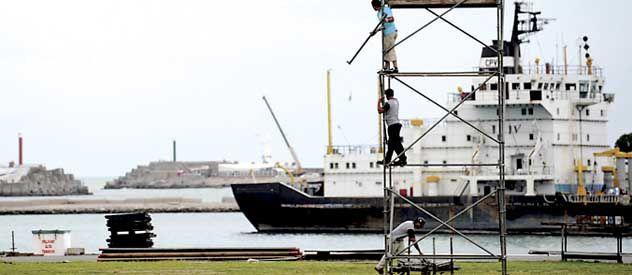 Preparativos. En la Base Naval trabajan para recibir a la nave insignia.