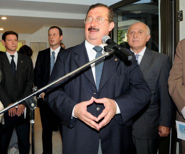 El exministro Capiello junto al entonces intendente Miguel Lifschitz, en un acto de inauguración de la nueva sala de diálisis en el Hospital Centenario, en febrero de 2010.