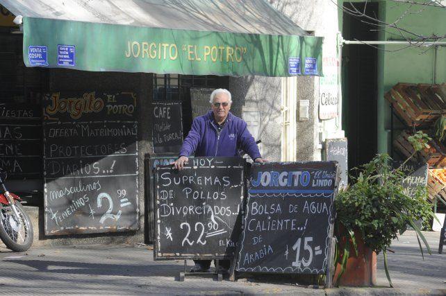 Frente a su negocio, una especia de oasis en el barrio. Allí era popular y muy apreciado.