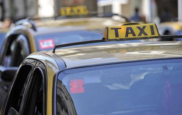 """Sin protección. Los taxistas dicen que el GPS es sólo """"un negocio"""" y no colabora con la seguridad de los choferes."""
