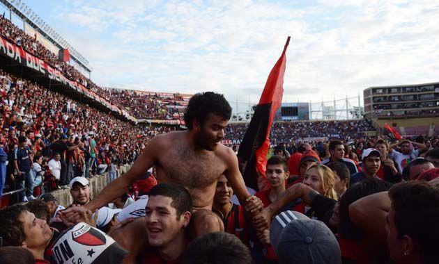 Los hinchas ingresaron al campo de juego tras el gol de Alario y le sacaron toda la vestimenta.