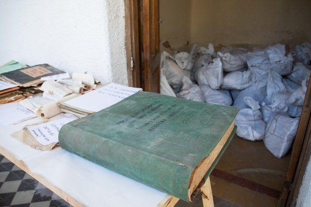 Parte de la documentación policial hallada en una casa del centro de la ciudad de Santa Fe.