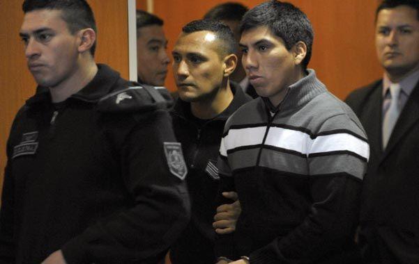 Salida. Gustavo Lasi sale esposado del tribunal luego de escuchar el veredicto de los jueces.