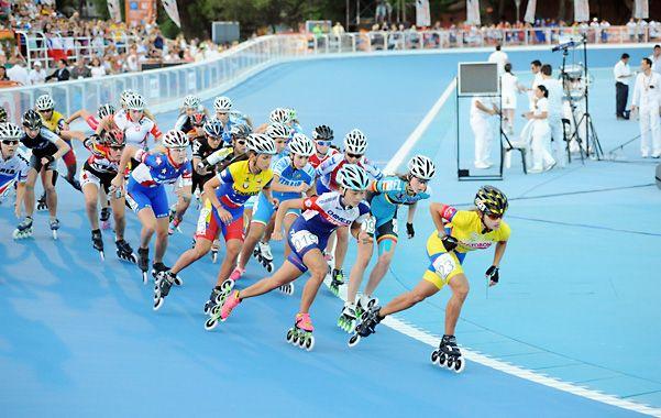 No afloja. La junior Fabriana Arias encabeza la carrera de los 10 mil metros eliminación que terminaría ganando. La patinadora le dio a Colombia una de las 5 medallas doradas.