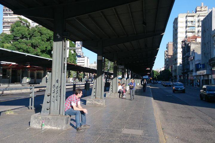 Las paradas de colectivos lucen vacías por la huelga del transporte. (Foto: C. Mutti Lovera)