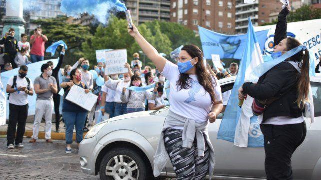 Los manifestantes celestes expresaron en el Monumento su rechazo al proyecto de ley de aborto legal