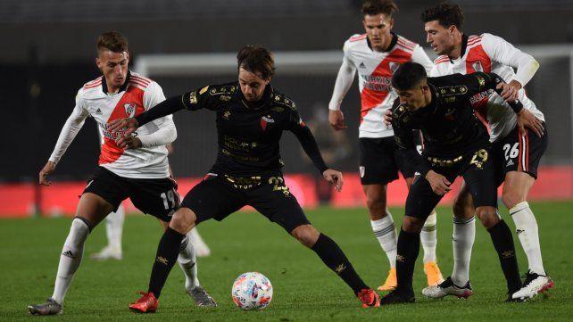 Cristian Bernardi cubre la pelota ante la marca de Braian Romero.