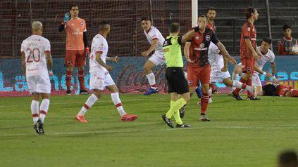 Cóccaro sale a gritar su gol mientras Lema le reclama a Echenique.