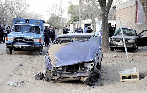 Escena. El Renault 9 de los agresores y atrás el Gol donde iban las víctimas.