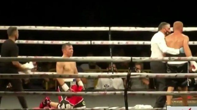 Es el final. Maravilla de rodillas se descarga tras un gran nocaut en el séptimo. Gran regreso al boxeo de Sergio Martínez.
