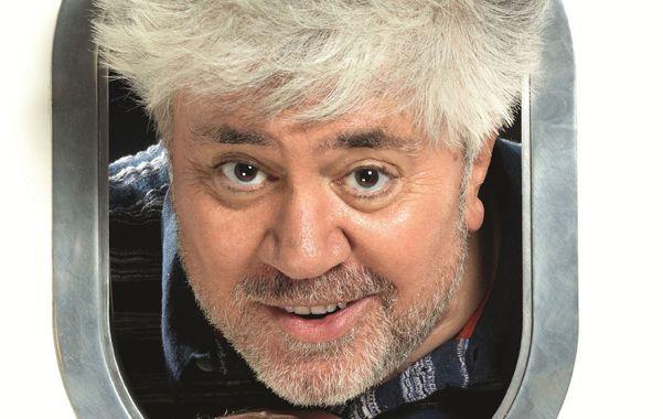 El director español dijo que Los amantes pasajeros que se estrena hoy es una metáfora de la actualidad de su país.