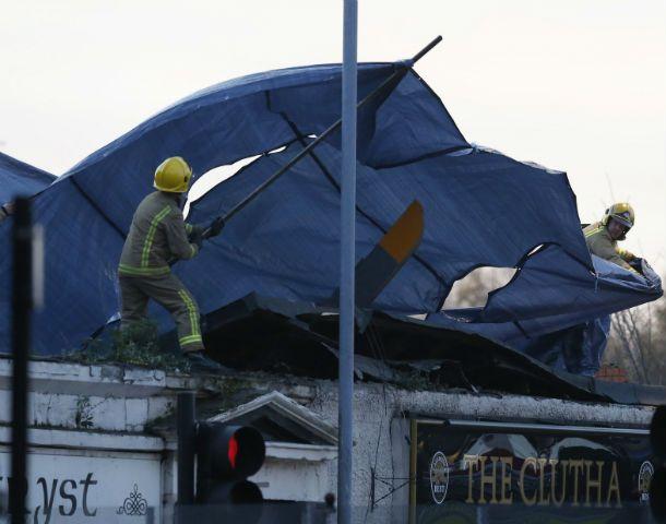 Inexplicable. El aparato desplomado sobre el techo del bar.