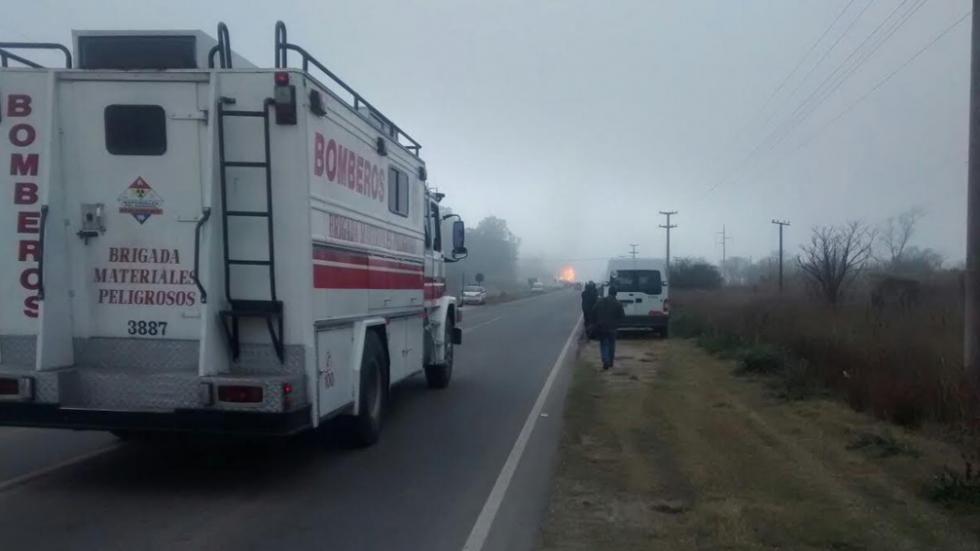 Personal de Bomberos llegó al lugar minutos después que se registró el estallido del conducto de gas que alimenta la central eléctrica cordobesa.