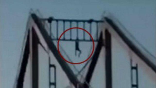 Intentaba realizar acrobacias en la cima de un puente y se precipitó al vacío