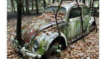 """Reliquia. Un VW Escarabajo, modelo 1991, """"plantado"""" en un jardín de una casa en un pueblo alemán cerca de la ciudad de Kassel."""