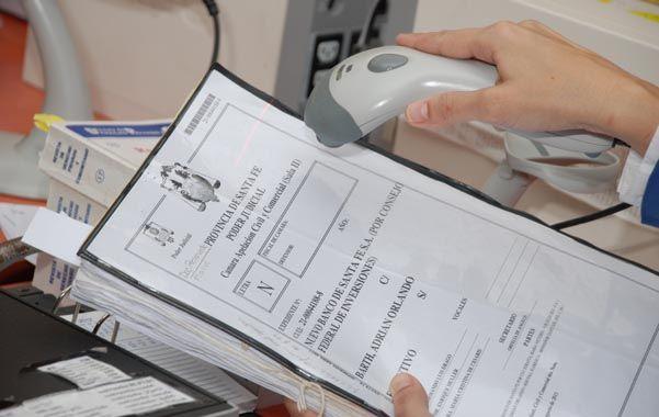 Máquinas lectoras dispuestas en los distintos juzgados permiten la identificación de los expedientes mediante el escaneo de un código de barras.