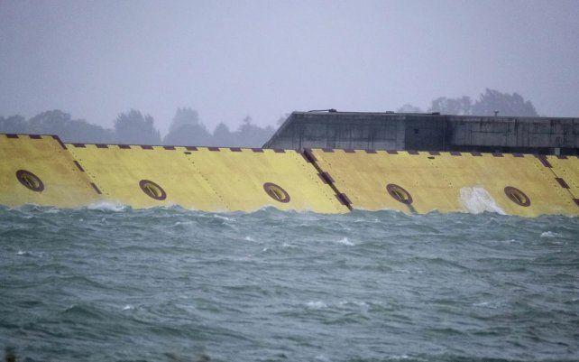 Para afrontar la subida de la marea que causa inundaciones, Italia ha desembolsado 5.500 millones de euros en el Módulo Experimental Electromecánico (MOSE), un complejo sistema de diques que llevaba en construcción desde 2003.