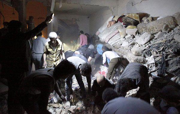 Devastación. Civiles sirios buscan sobrevivientes entre los escombros de una vivienda bombardeada en Raqqa.