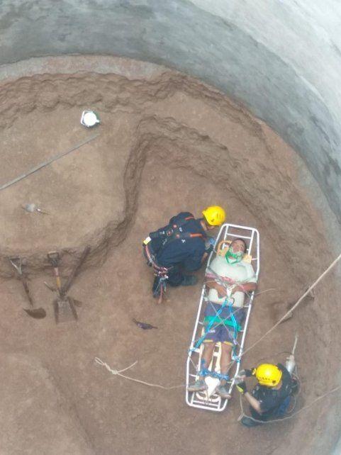 Rescatan a un operario que cayó en un foso de 15 metros de profundidad
