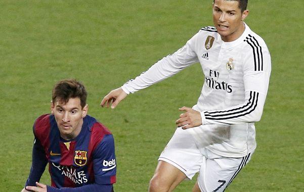 Una luz de ventaja. Messi la lleva y  Cristiano lo persigue.