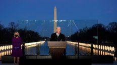 El presidente electo habla este martes a la noche, junto a su esposa, en un acto en homenaje a las víctimas del Covid, frente a la piscina reflectante del Monumento a Lincoln, en Washington.