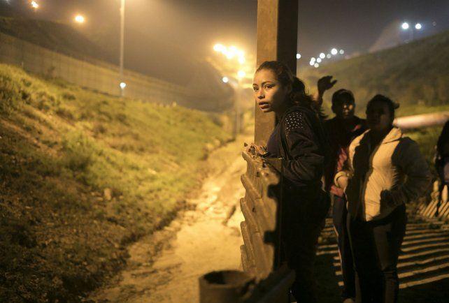 En peligro. Una chica salvadoreña intenta cruzar hacia EEUU en Tijuana