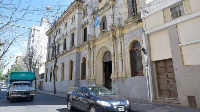 Mendoza 444. La institución donde asisten las afectadas.