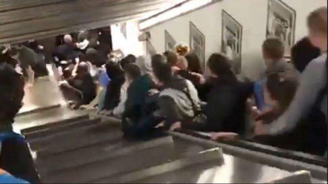Pánico y tensión al producirse una avalancha humana en una escalera del subte
