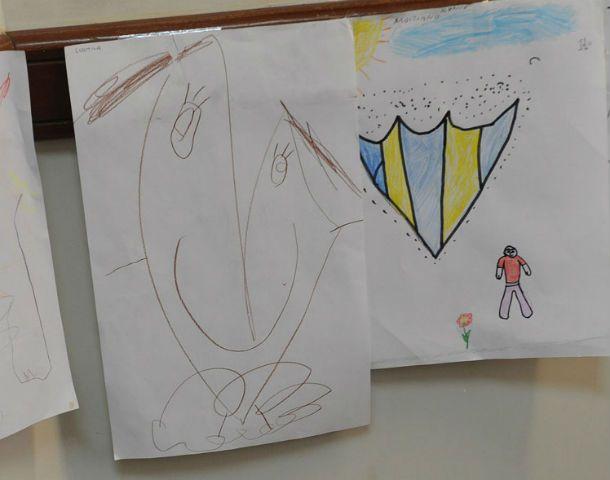 """En el despacho. El magistrado """"decoró"""" su oficina con los dibujos hechos por nenes vulnerables."""