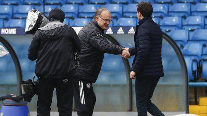 El rosarino Marcelo Bielsa estrecha la mano del DT del Tottenham tras una nueva victoria.