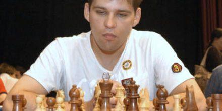 Un ajedrecista ruso llega borracho a la partida y se duerme sobre el tablero