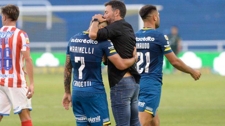 Confianza ciega. Cristian González abraza a Marinelli en el partido ante Unión.