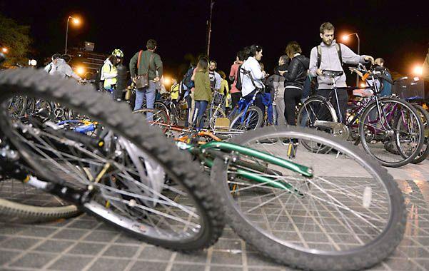 Un grupo de amantes de las bicicletas se manifestó anoche