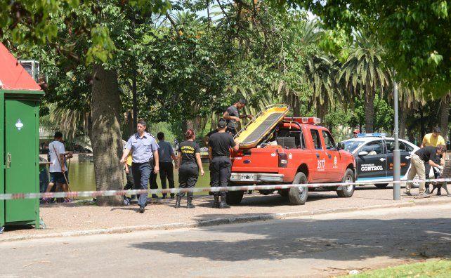 Rescatan el cuerpo sin vida de un joven que se tiró al laguito del parque Independencia para refrescarse