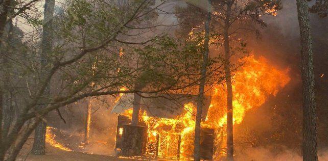 El avance de las llamas destruyó algunas viviendas.