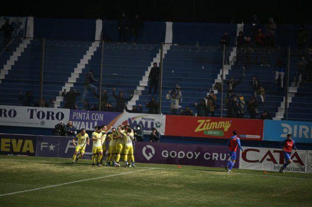 Caraglio marca el gol de Central. Detrás