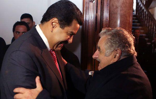 Aliados. Nicolás Maduro es recibido cordialmente en Montevideo por el presidente Pepe Mujica.