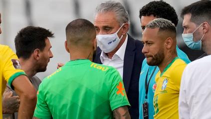 Messi, Tité y Neymar intercambian algunas palabras ante la interrupción del partido.