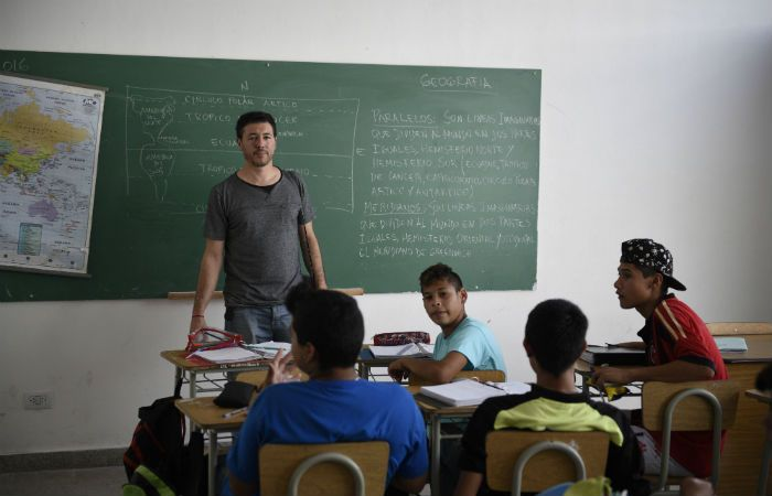 Al frente. Hugo Ríos es docente de geografía y ciencias sociales en una escuela secundaria de barrio Las Flores.