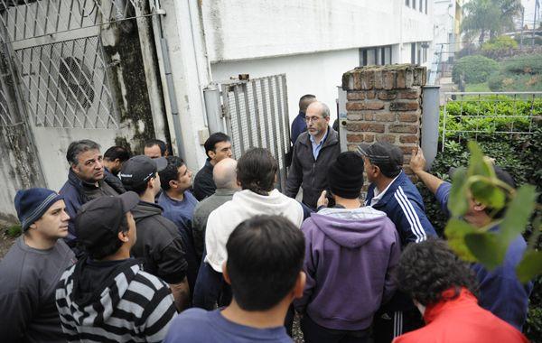 Los obreros piden explicaciones en el frente de la planta de Perón al 5600