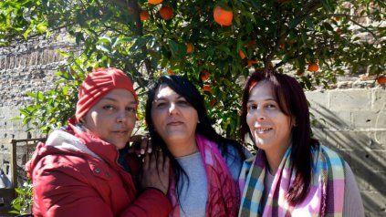 Florencia, Flavia y Patricia Emanuele, en la casa materna y paterna en Villa Gobernador Galvez.