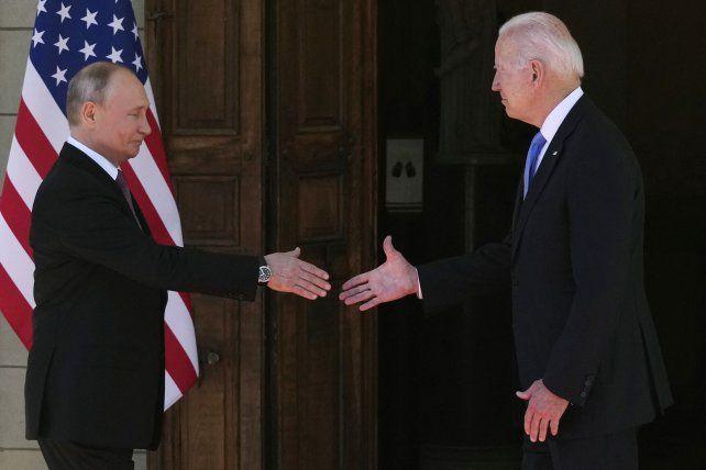 Putin y Biden se dan un frío apretón de manos este miércoles en Ginebra.
