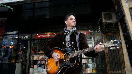 Tiago Galíndez tocó unas canciones en Sarmiento al 700 para todas aquellas personas que pasaban por ahí.