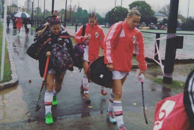 No paran. Las chicas de River se alistan más allá de la lluvia del viernes. Hubo hockey pese a todo.