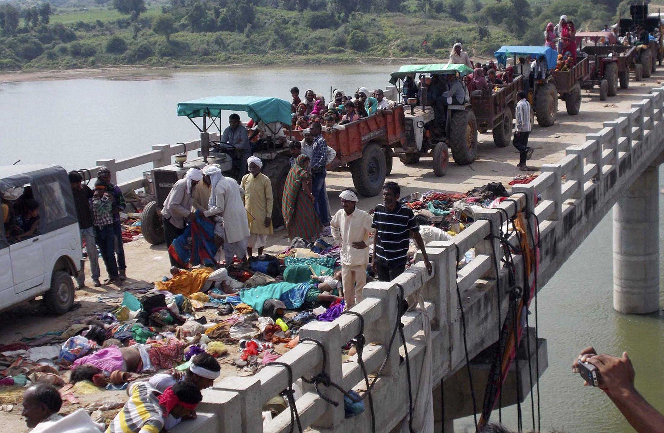Los cadáveres fueron amontonados en el puente por donde transitan vehículos muy precarios.