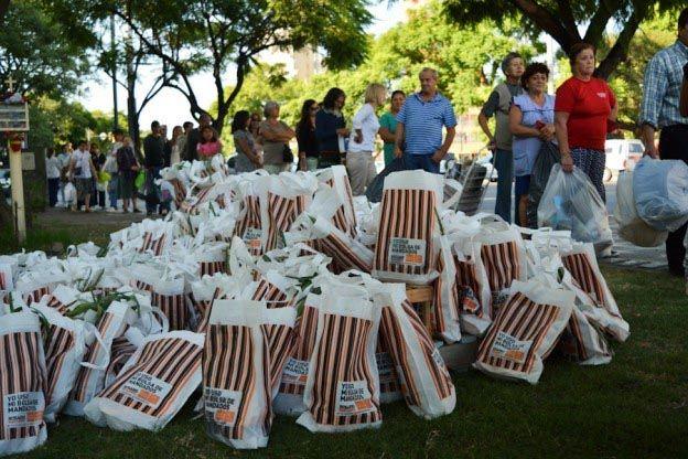 canje. Cola de rosarinos participaron de la propuesta de trueque. Fueron cerca de 2.500 familias.