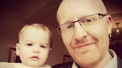 Matthew Stubbings y el pequeño Stormy, en una imagen compartida por el papá en redes sociales.