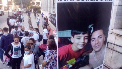 Amigos y allegados a la familia Pizorno Díaz se concentraron este viernes frente a los Tribunales provinciales.