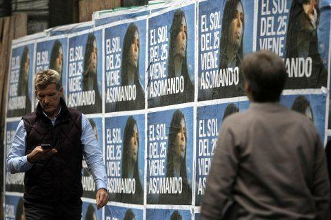 En cartel. La foto de Cristina tapizó ayer calles de la Capital Federal.
