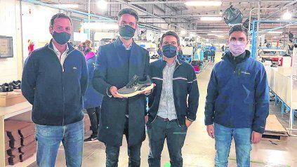 Matías Blanco, con zapatilla en mano, y referentes de la Bicontinentar Footwear Technologies.